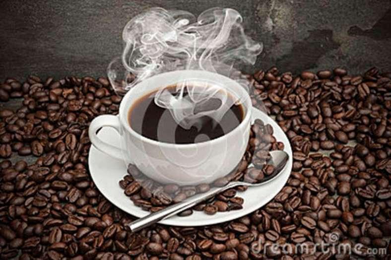 tratando-la-taza-con-vapor-de-café-caliente-rodeada-por-los-granos-de-café-oscuros-28478720