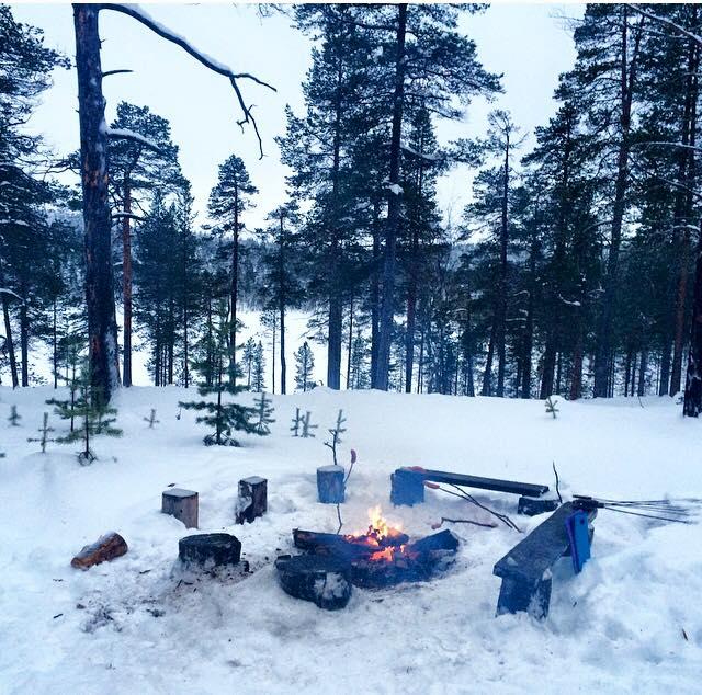 carmina baker en laponia finlandia pesca en lago aperitivo