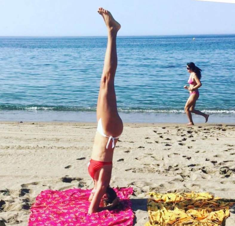 yoga beneficios para niños carmina baker headstanding asana playa
