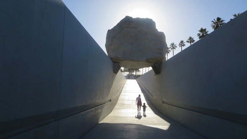 site-specific levitated-mass-michael-heizer-rock-lacma
